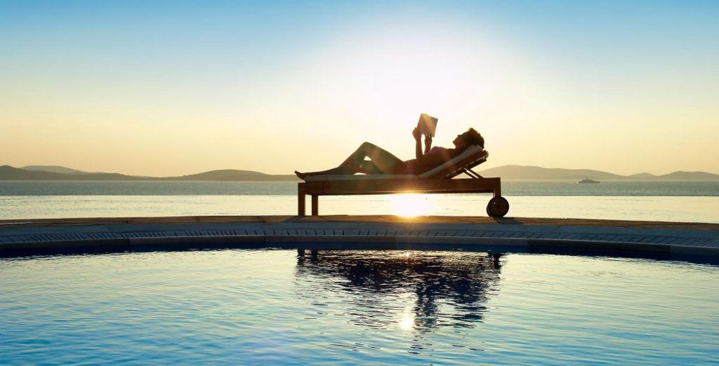 Sdraiatevi dolcemente a bordo vasca sotto il caldo sole greco