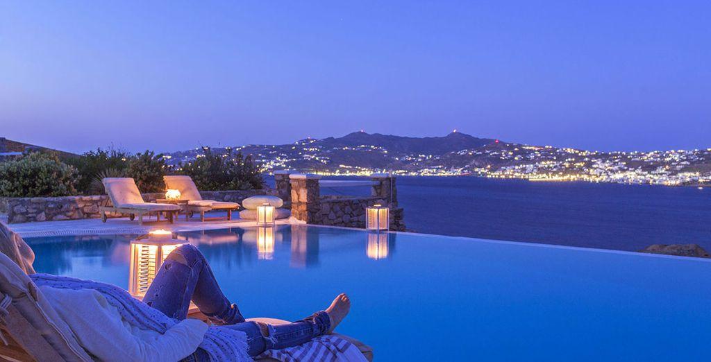 la sera poi le luci delle città in lontananza faranno da cornice al vostro momento di relax a bordo piscina