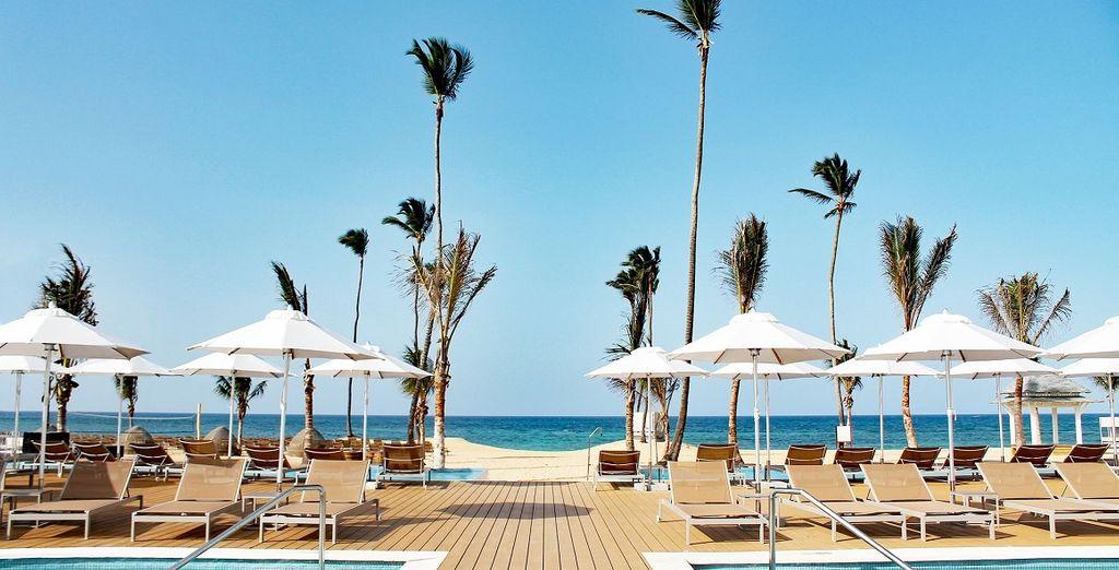 l'hotel si affaccia direttamente sulla spiaggia