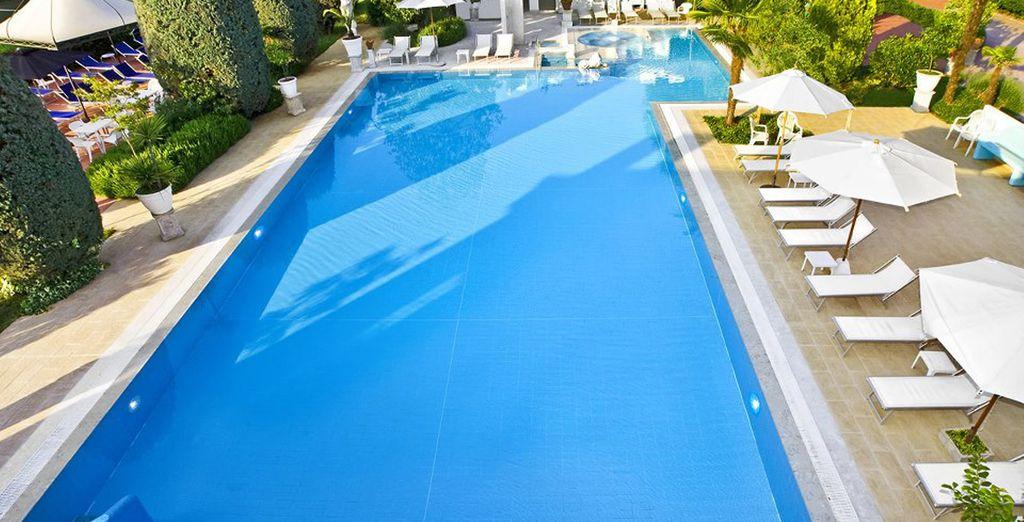 e una bellissima piscina esterna