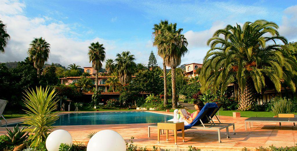 Rilassatevi a bordo delle piscine di questo resort unico