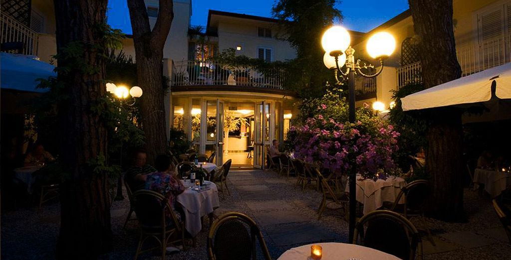 e l'atmosfera rilassante del ristorante con tavoli in giardino