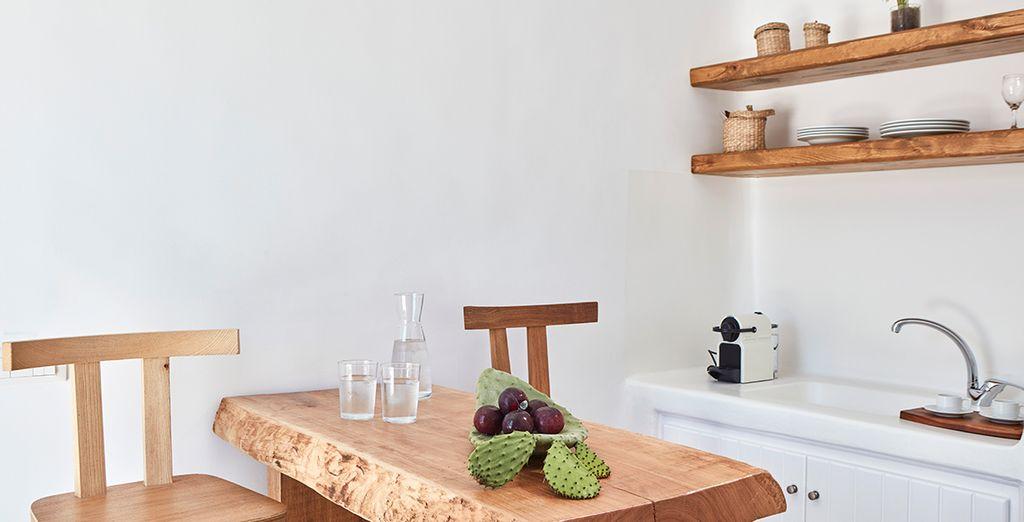 Dotate di un angolo soggiorno con cucina attrezzata