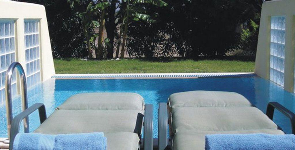 o nelle camere vista giardino con piscina privata, prenotabile chiamando il nostro Call Center