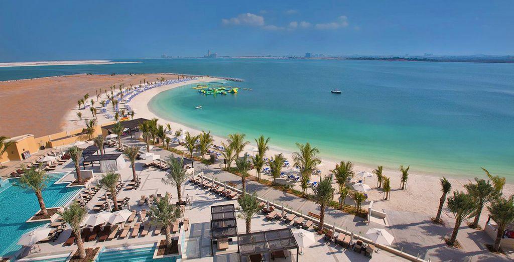 Oppure godervi l'eccezionale spiaggia attrezzata per trascorrere giornate indimenticabili