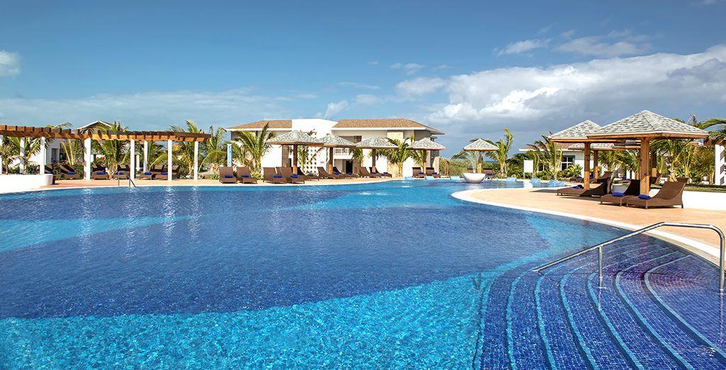 La piscina vi attende per un tuffo rinfrescante o un pomeriggio sotto il sole