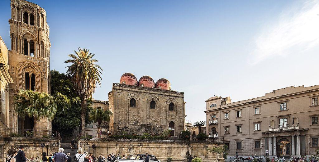 Nella famosa Piazza Bellini ammirate la Chiesa della Martorana