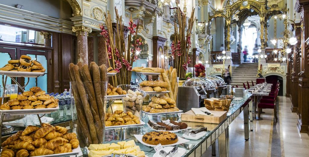 Godetevi la ricca prima colazione a buffet offerta dal New York Cafè