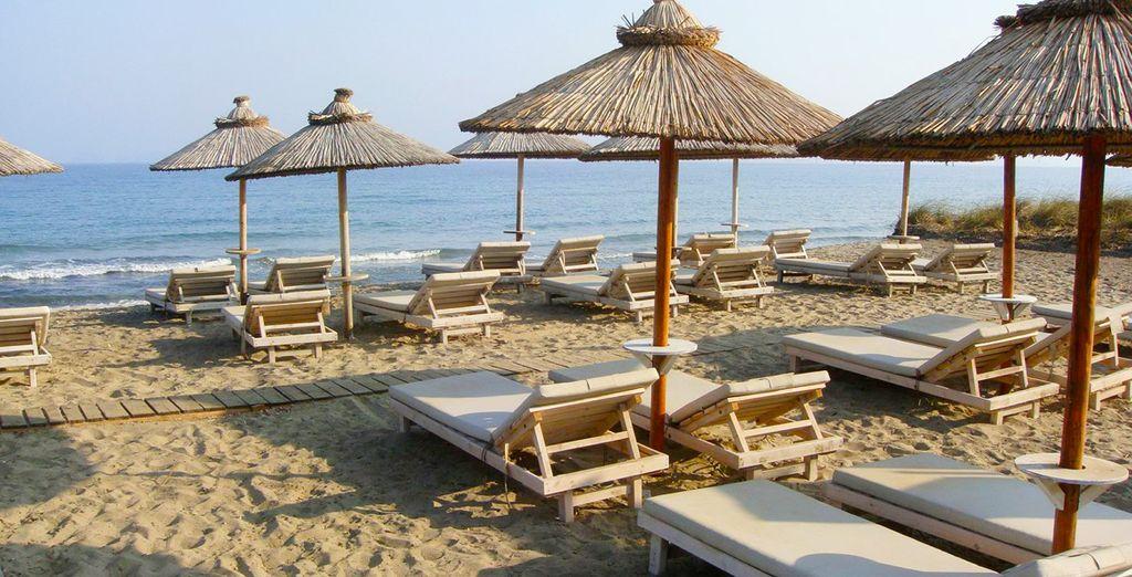 Una bellissima spiaggia di sabbia dorata vi aspetta: piscina o mare, il relax è assicurato