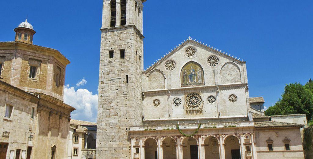 Non perdete la possibilità di visitare Spoleto, a un'ora di macchina, sede del prestigioso Festival dei Due Mondi.