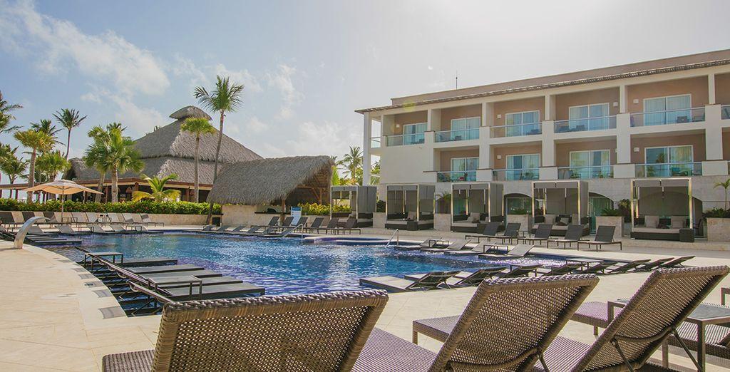 Rilassatevi al sole a bordo piscina