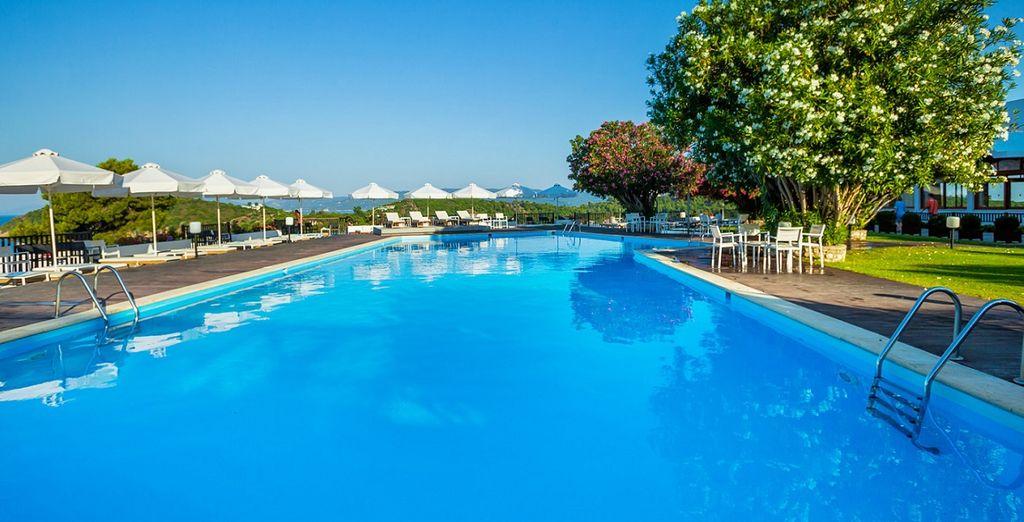 Fate un tuffo nell'enorme piscina messa a disposizione dall'hotel