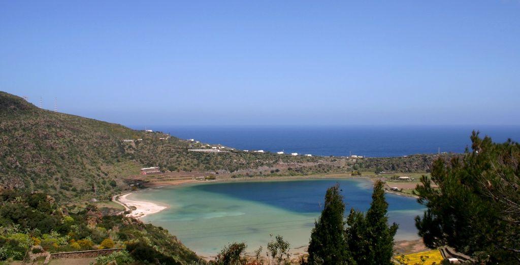 Godetevi il mare e la splendida costa di Pantelleria.