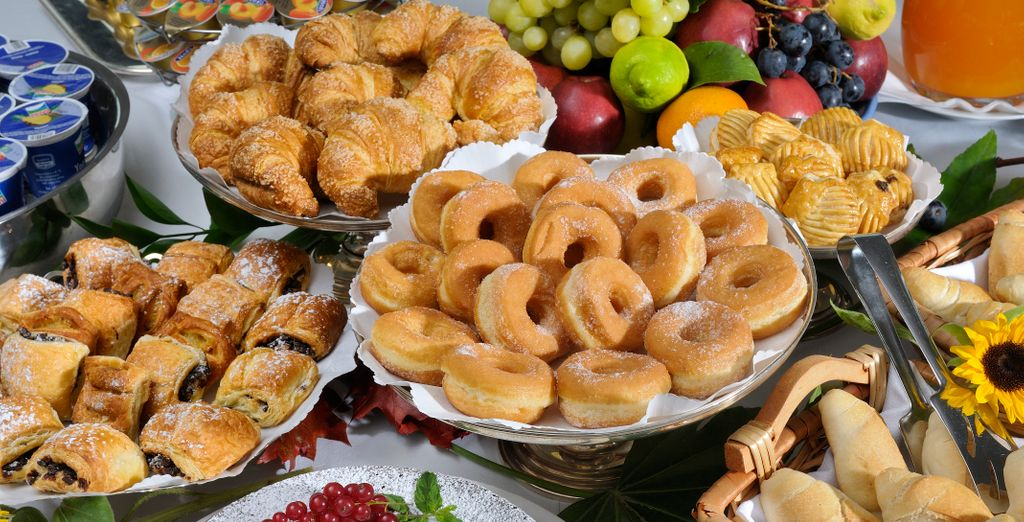 Gustate una ricca prima colazione a buffet a base di prodotti freschi e genuini