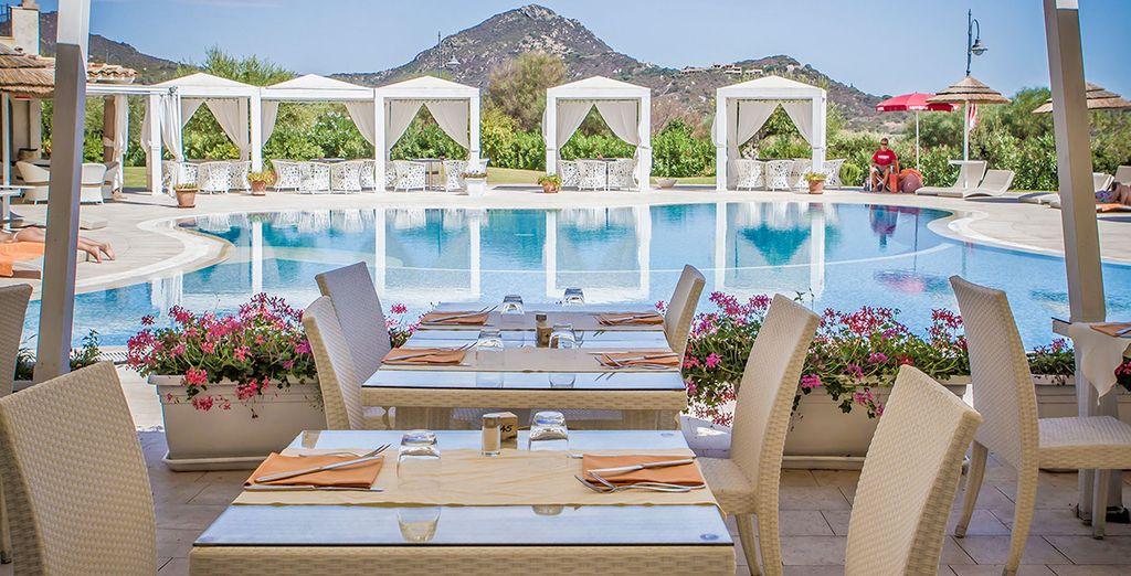 Il raffinato ristorante con vista sulla piscina dove gustare squisiti piatti locali