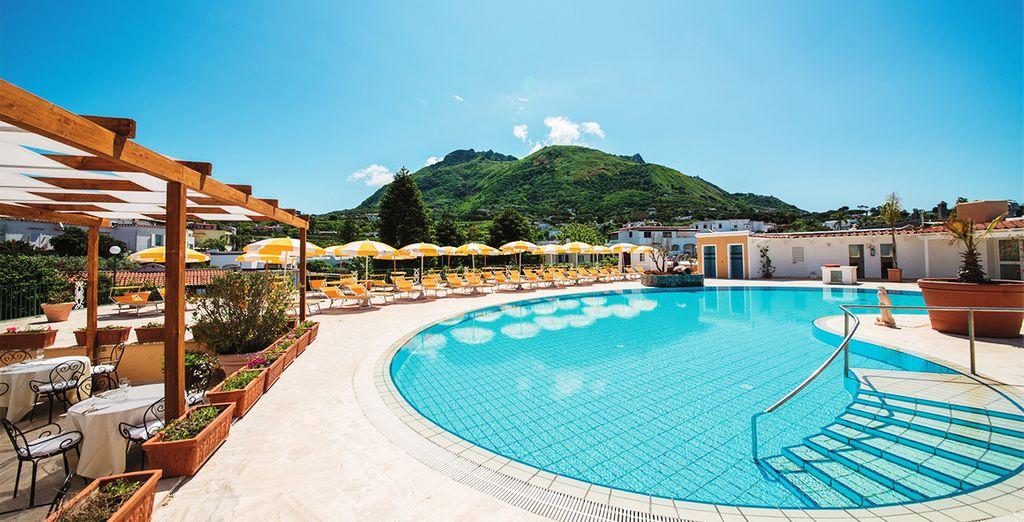 Hotel di lusso a cinque stelle con spa, piscina e zona relax a Napoli