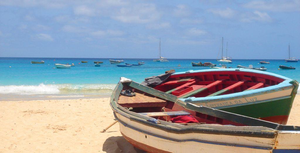 Fotografia delle spiagge di sabbia fine di Capo Verde, delle sue acque turchesi e delle sue barche colorate
