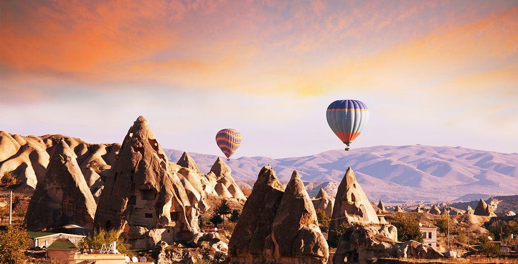 Fotografia del paesaggio naturale con formazioni vulcaniche nella regione della Cappadocia