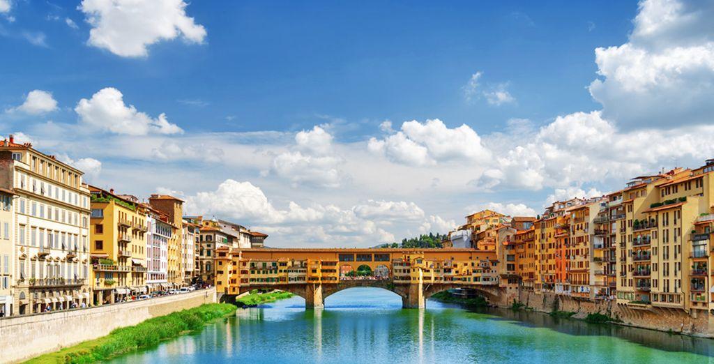 Città di Firenze in Italia e il ponte medievale di ponto Vecchio passando sopra l'Arno