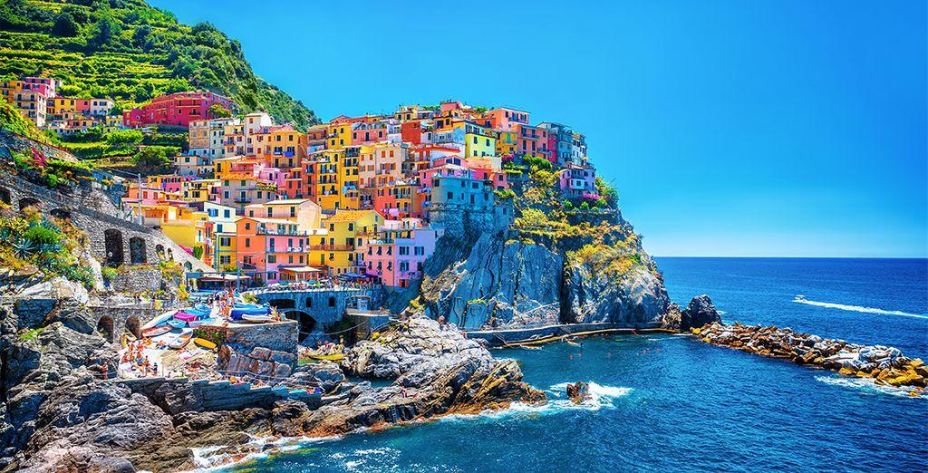 Fotografia delle Cinque Terre, architettura colorata e coste rocciose che si affacciano direttamente sul Mar Mediterraneo