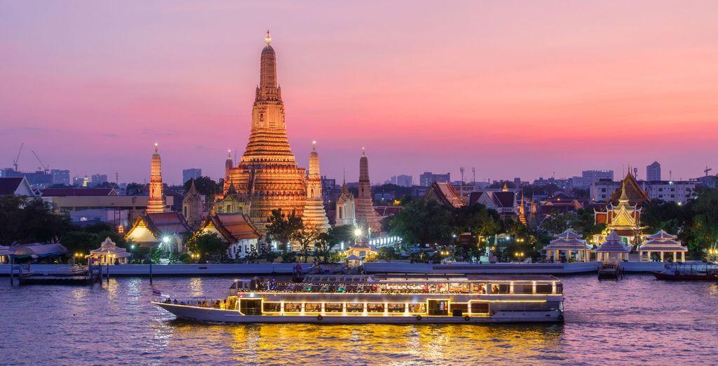 e una splendida serata a bordo di una crociera sul fiume il fiume Chao Phraya con cena inclusa
