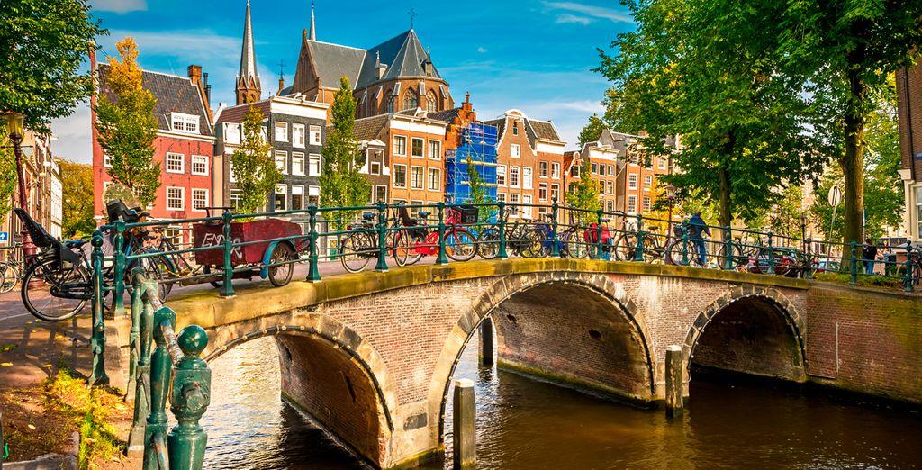 Fotografia del centro di Amsterdam, delle biciclette, dei canali e delle case colorate