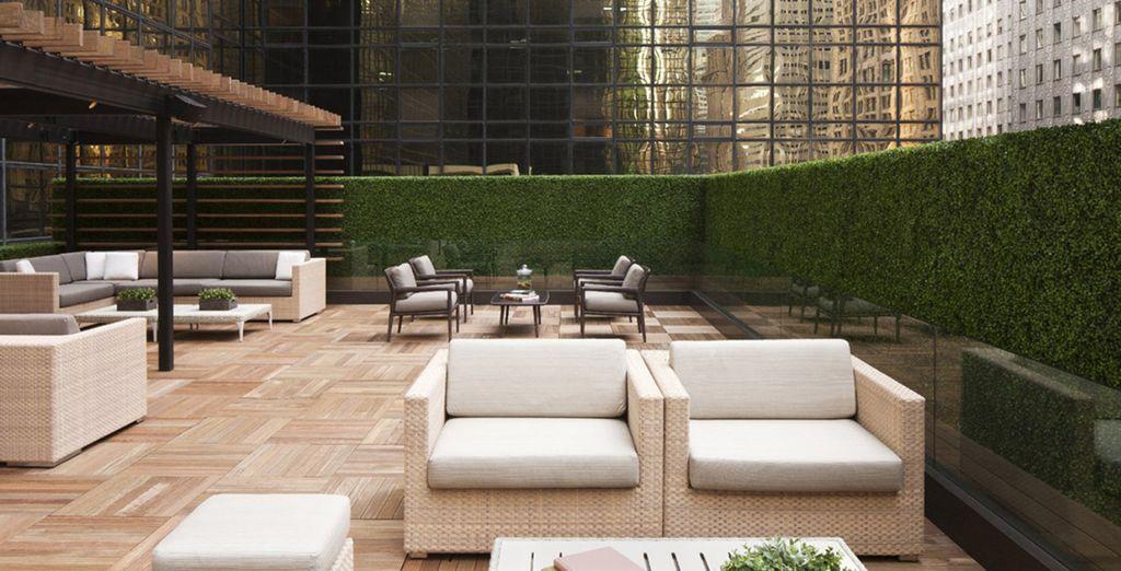 Nelle giornate più miti, accomodatevi sulle terrazze esterne