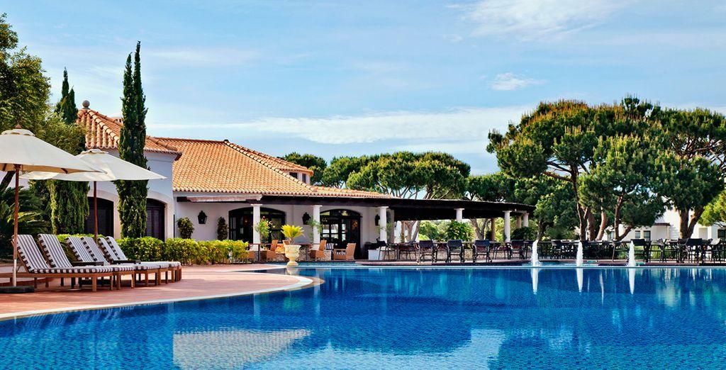 Hotel di lusso a 5 stelle con piscina esterna riscaldata e zona relax nel cuore di un residence di alta gamma