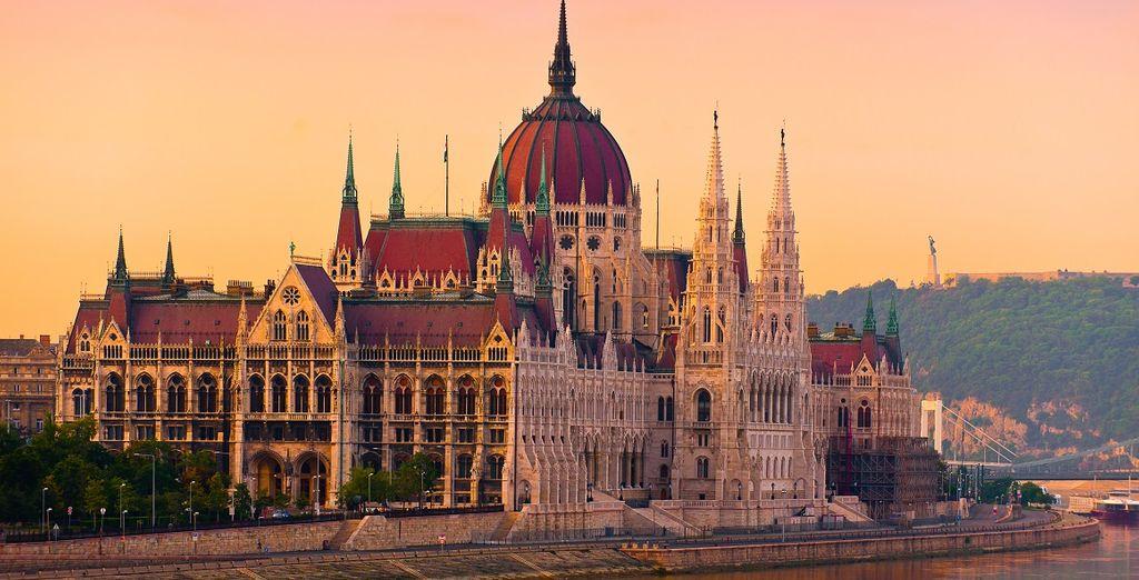 Fotografia del Parlamento ungherese e delle sue architetture gotiche