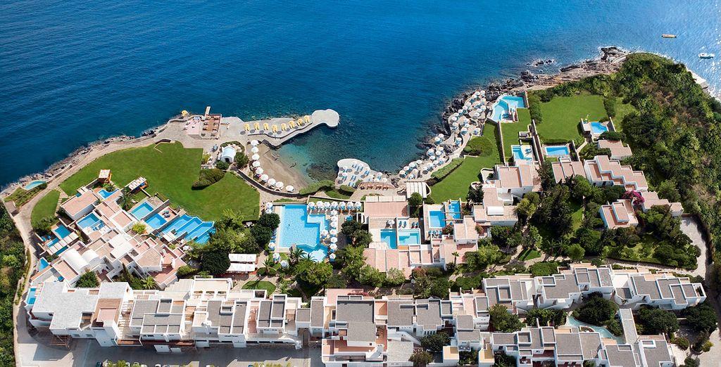 La meravigliosa struttura St. Nicolas Bay Resort Hotel & Villas 5* è pronta a darvi il benvenuto