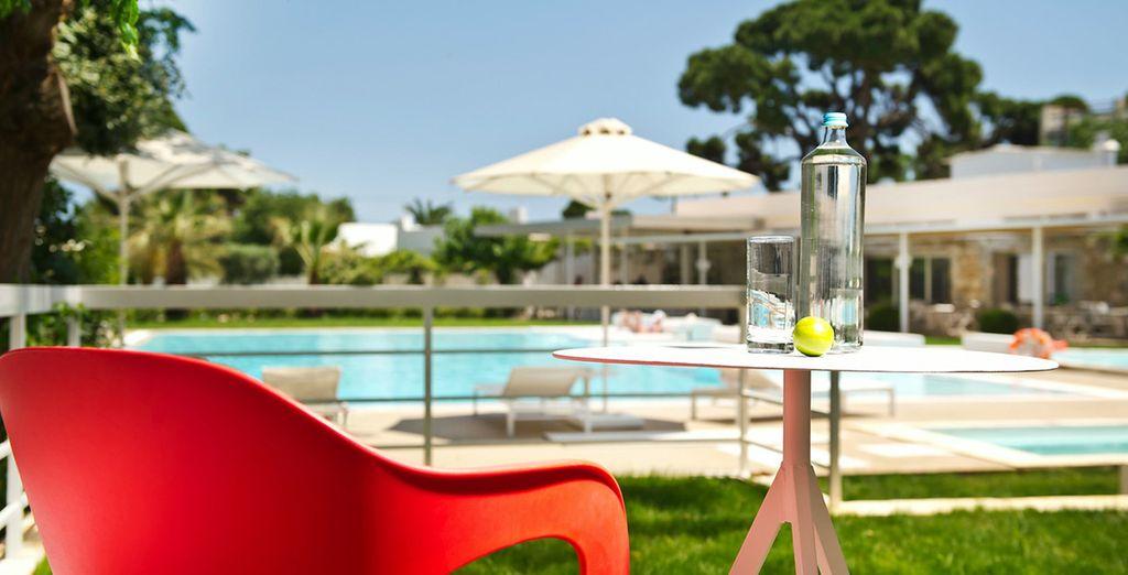 Rilassatevi a bordo piscina durante una bella giornata di sole