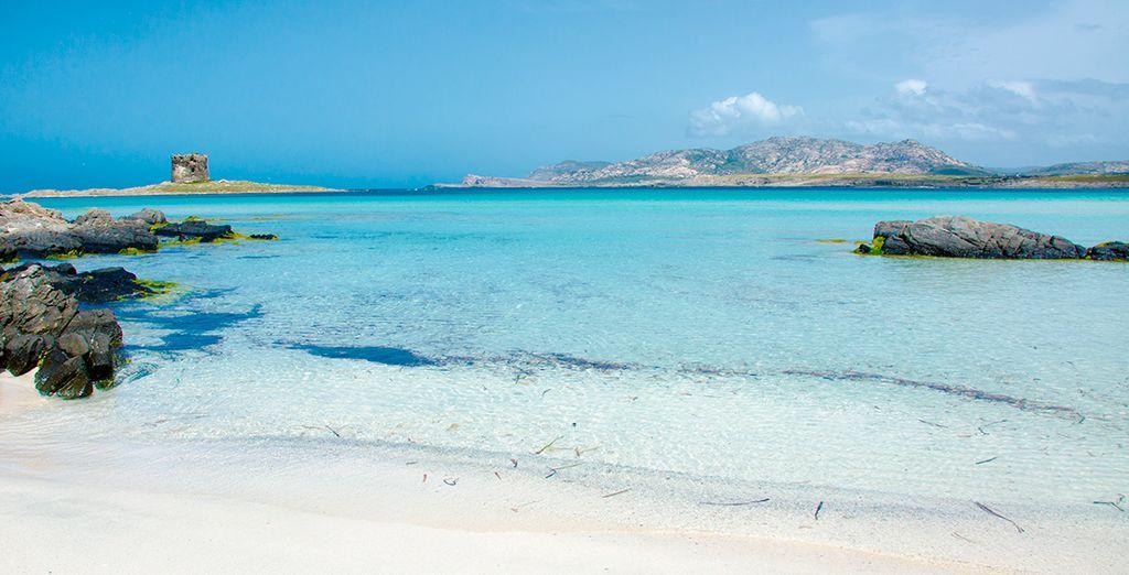 Spiaggia di sabbia fine in Sardegna e acque turchesi che si affacciano sul Mar Mediterraneo