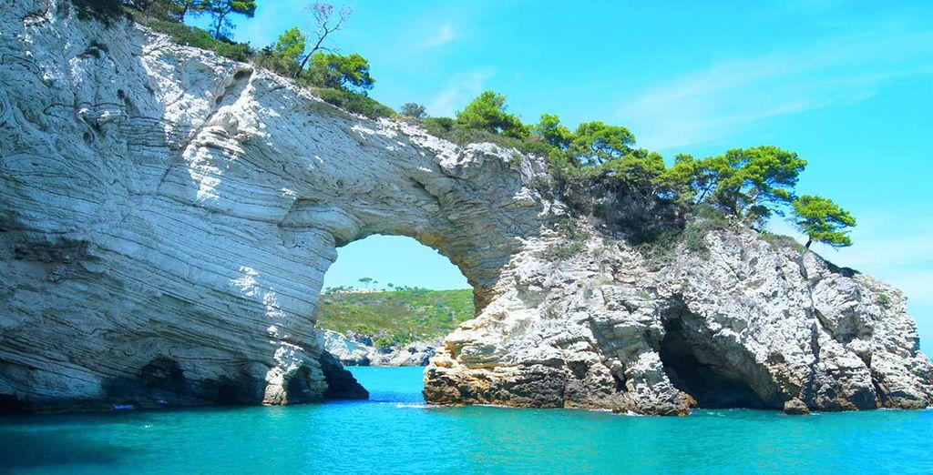 Le coste rocciose e il paesaggio acquatico turchese della Puglia