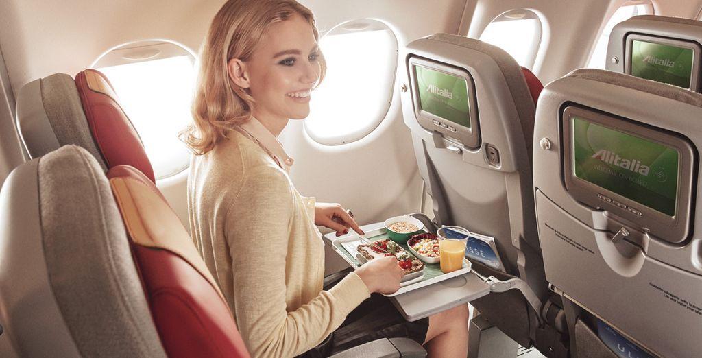A bordo dell'Economy Class vi aspetta l'accoglienza squisitamente italiana di Alitalia