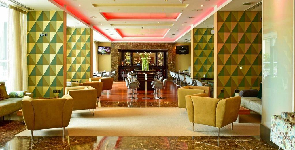 l'hotel ha un design moderno e colori vibranti che ricordano gli anni 70