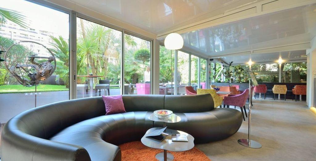 Bewonder het hedendaagse meubilair en de heldere kleuren