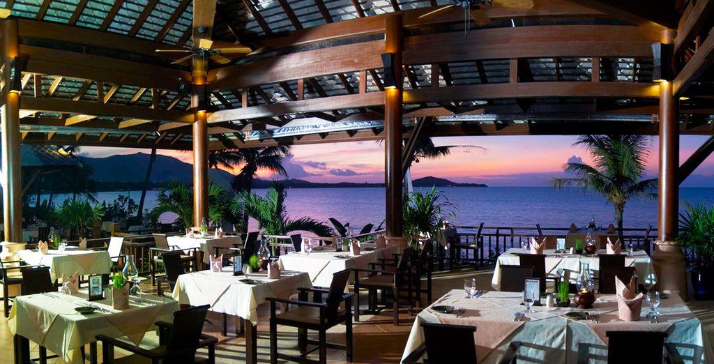 Smaakvolle lokale gerechten in het open lucht restaurant