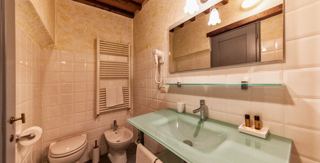 De badkamer is van alle gemakken voorzien