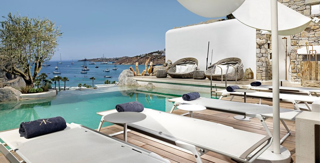 Ontspan bij het zwembad en geniet van de panoramische uitzichten