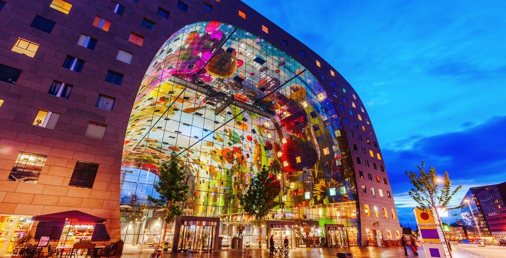 Bezoek de bekende Markthal in Rotterdam waar u heerlijk kunt eten
