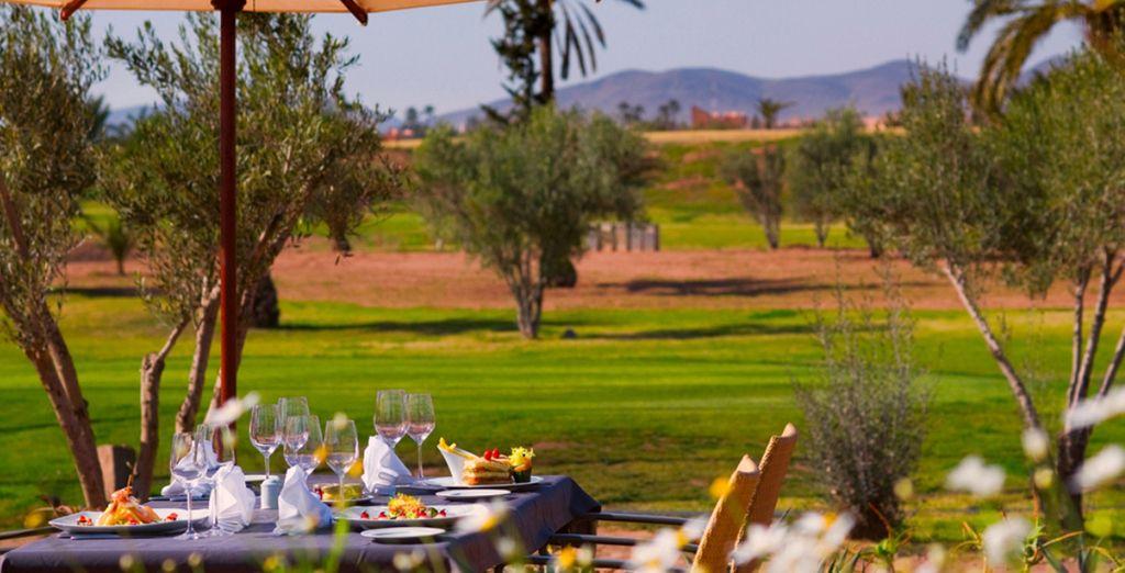Of dineer bij mooi weer op het terras