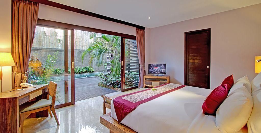 Een ruime slaapkamer met terras