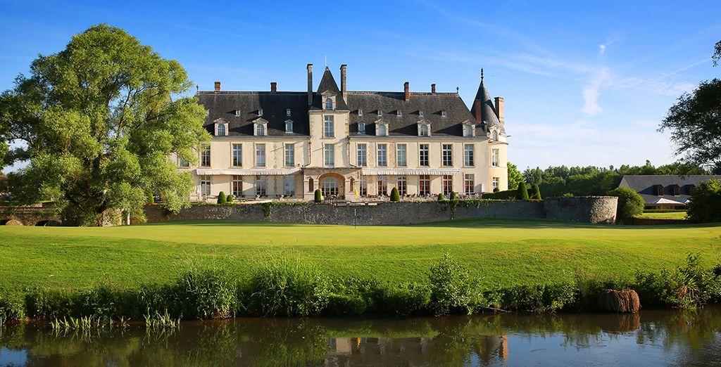 Omgeven door een golfbaan, ontvangt het Château Golf & Spa Augerville u in een 100-hectare groot park