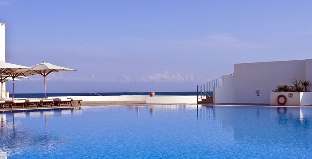 Relax aan de rand van het zwembad