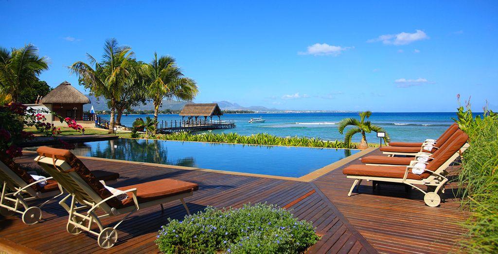 Het zwembad en de azuurblauwe horizon