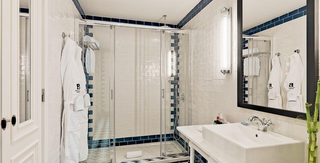 De badkamer is in perfecte harmonie met de rest van het hotel