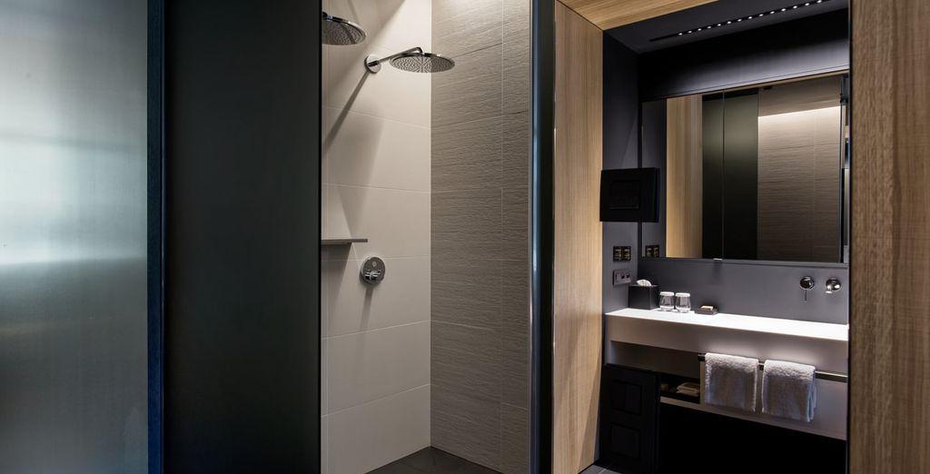 De badkamer is voorzien van moderne faciliteiten