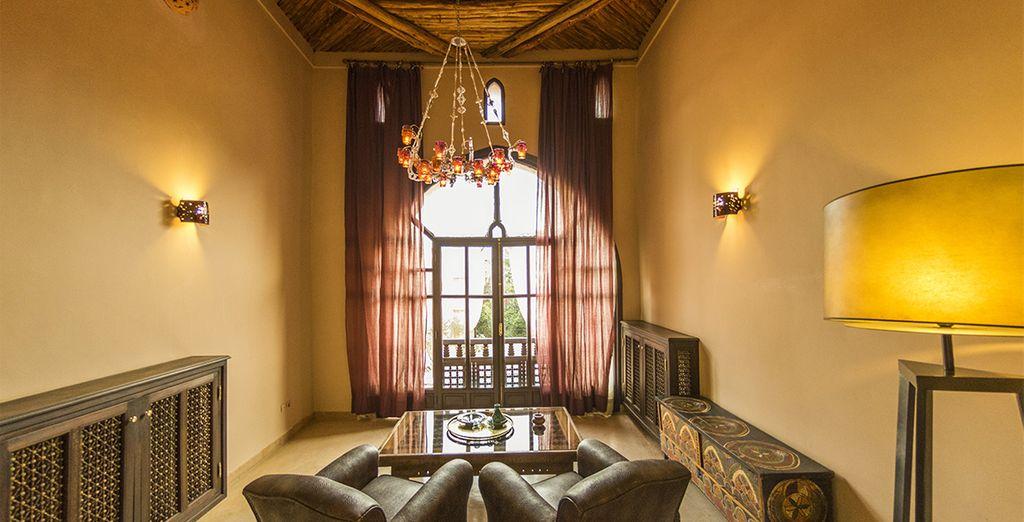 Een authentiek ingerichte leefruimte met luxe accenten
