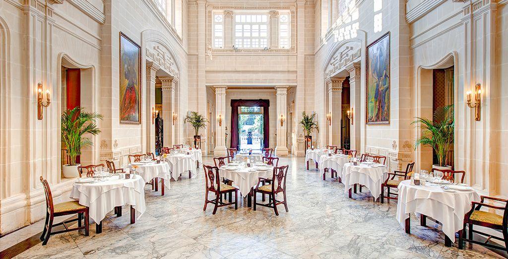 Hoge plafonds en marmeren vloeren in dit prachtige hotel