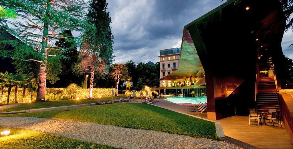 Een luxe hotel in een groene omgeving